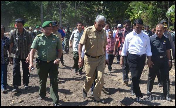 Mentri Pertanian Amran Sulaiman Bersama Bupati TTS (Gambar: KupangPost)