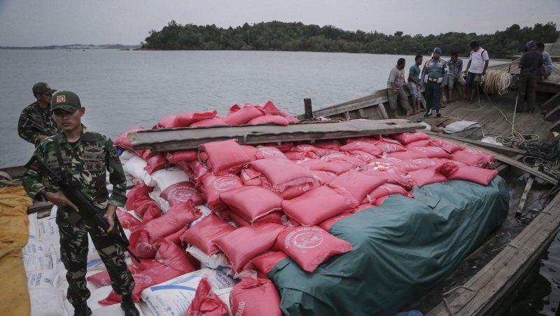 Tim Western Fleet Quick Response (WFQR) Lantamal IV dan Lanal Batam menjaga kapal kayu KM Mulia Abadi yang bermuatan beras dan gula pasir ilegal di Dermaga Lanal Batam, Kepulauan Riau, Senin (19/9). Tim WFQR berhasil mengamankan KM Mulia Abadi yang memuat sebanyak 90 ton beras dan puluhan ton gula pasir ilegal yang berasal dari Jurong Port, Singapura saat kapal tersebut kandas di Perairan Sungai Belian, Batam. ANTARA FOTO/M N Kanwa/pd/16.