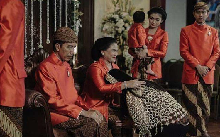 Presiden Jokowi dan Ibu Iriana saat sungkeman putrinya, Kahiyang Ayu. Media Centre/Allseasonphoto