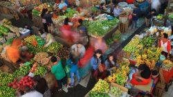 Aktivitas jual beli di Pasar Gede Solo, Jawa Tengah, Rabu (13/4).