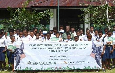 Para pelajar SMP Jobi foto bersama setelah kegiatan kampanye pelestarian Penyu