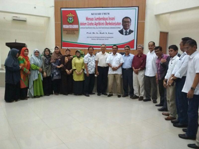 Prof. Dr. Ir. Radi A Gany berfoto bersama pengajar dan staf Departemen Agribisnis di aula Fakultas Pertanian Universitas Hasanuddin, Makassar