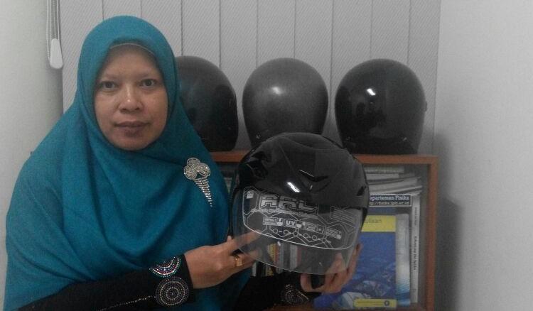 Dr. Siti Nikmatin mengembangkan helm berbahan dasar limbah tandan kosong kelapa sawit (TKKS)