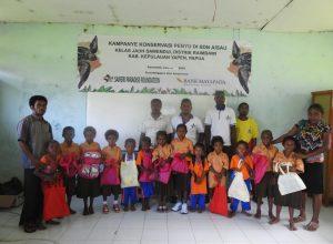 Foto bersama tim kampanye SPF dengan guru dan para siswa SD Aisau Kelas Jauh Sawendui