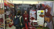 Mahasiswa IPB yang menjadi pemasar ulat hongkong (Foto : Abdul Mujib)