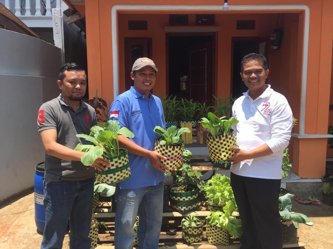 Dirjen Hortikultur, Suwandi (kanan) bersama Kades Berkah Kec Bojong genteng Sukabumi, Andri (tengah) (foto: Humas kementan)