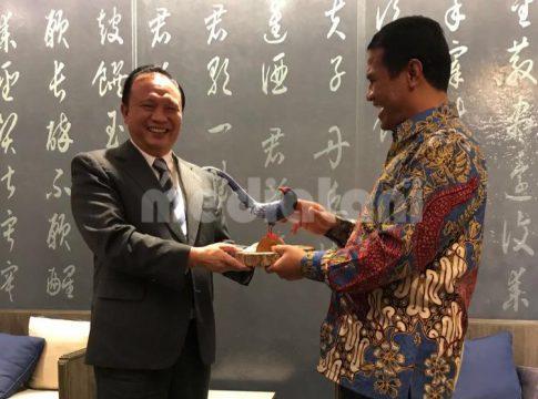 Menteri pertanian RI Andi Amran S (kanan) menerima cendera mata yang diserahkan oleh Menteri Pertanian Taiwan Tsung-Hsien Lin (kiri) (foto: humas kementan)