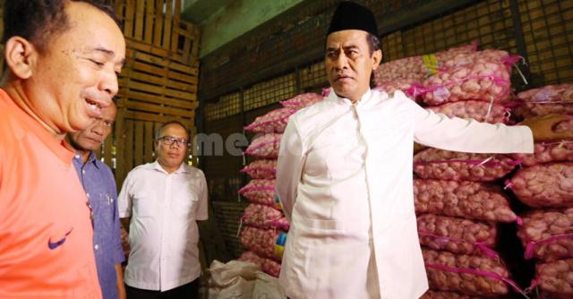Menteri pertanian, Andi Amran Sulaiman saat mendatangi gudang salah satu importir bawang putih, di Jakarta.