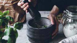 Ilustrasi: Pembuatan obat-obatan dari tanaman herbal