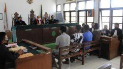 Empat petani duduk di kursi terdakwa