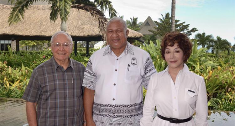 Pasangan Stewart Resnick dan Lynda bersama Perdana Menteri Fiji Voreqe Bainimarama (Foto: Charles Chambers, Fijisun.com)