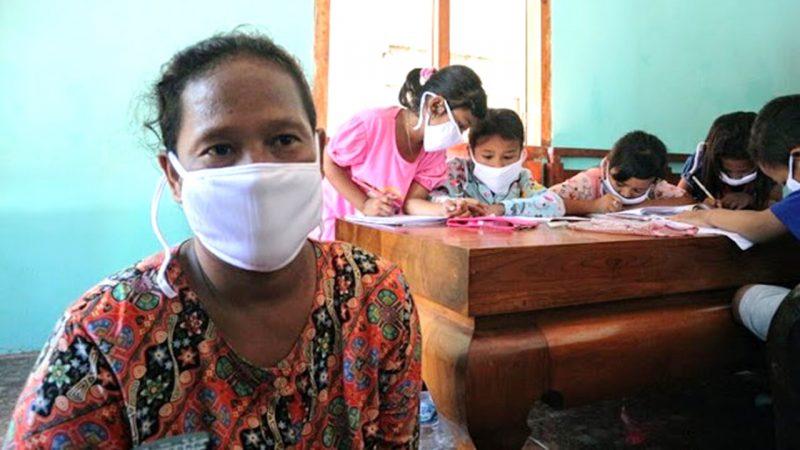 Karlik (41), saat menemani anaknya mengikuti pembelajaran daring di salah satu rumah yang menyediakan akses internet melalui WiFi, di Desa Marmoyo, Kecamatan Kabuh, Kabupaten Jombang, Jawa Timur.(Foto Sumber: KOMPAS COM/MOH. SYAFIÍ)