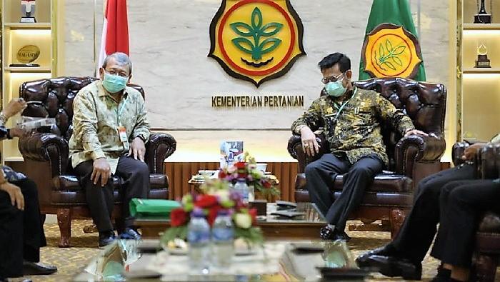 Ketua Dekopi Anton Apriyantono saat bersilahturami dengan Menteri Pertanian (Mentan) Syahrul Yasin Limpo di kantor Kementan RI, Jakarta Selatan pada Jumat (2/10).