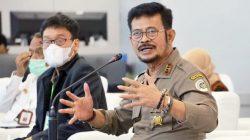 Menteri Pertanian Syahrul Yasin Limpo didampigi Kepala Badan Penyuluhan dan Pengembangan Sumber Daya Manusia Pertanian Dedi Nursyamsi