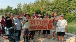 Puluhan warga dan petani di sekitar Jembatan Ganefo saat ramai-ramai menutup paksa proyek, Rabu (18/11/2020).
