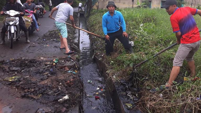 Kerja bakti membersihkan air dan lumpur got