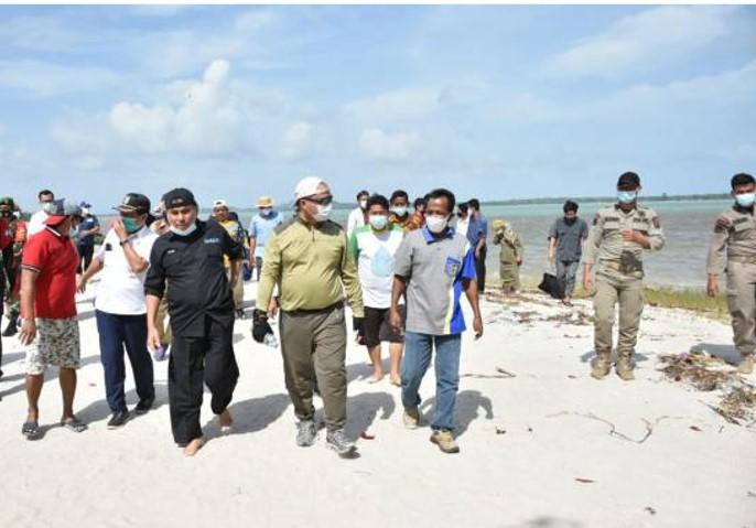 Gubernur Kepulauan Bangka Belitung (Babel), Erzaldi Rosman mengunjungi Pantai Gusung.
