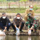 Penebaran benih yang dilakukan Menteri KKP Sakti Wahyu Trenggono di Lapan Udara (Lanud) Adi Sutjipto, Yogyakarta.