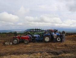 Bagikan 100 Unit Hand Traktor, Kementan: Kita Sejahterakan Petani Barru