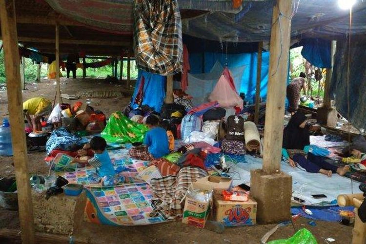 Kondisi kandang ayam yang dijadikan sebagai tempat mengungsi warga Majene. (Tribunnews/Dok. Kepala Desa Maliaya, Masri.)/ist