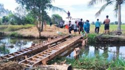 20210717_tab_masyarakat-petani-di-desa-ringgiran-darat-membuat-jembatan-darurat